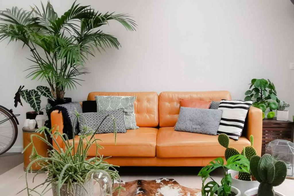 What color throw pillows go well with a brown leather sofa