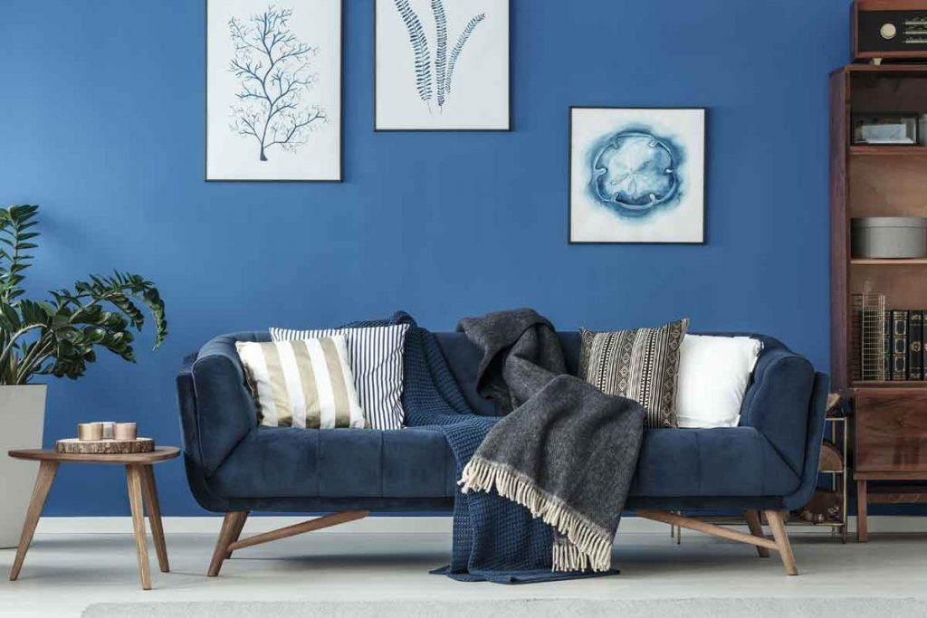 What color throw pillows go well with a navy blue sofa
